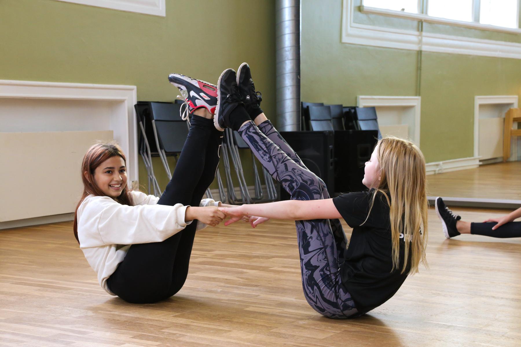 Elever som värmer upp inför dans på Prolympia