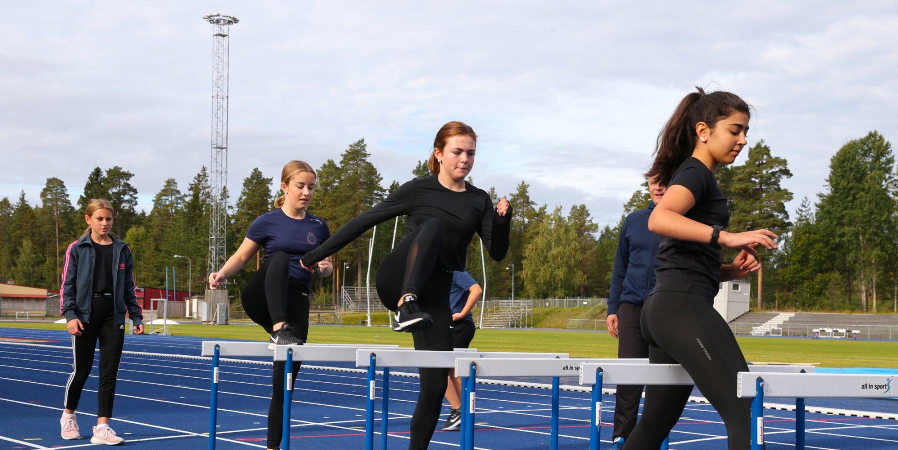 Elever som tränar häcklöping på Prolympia