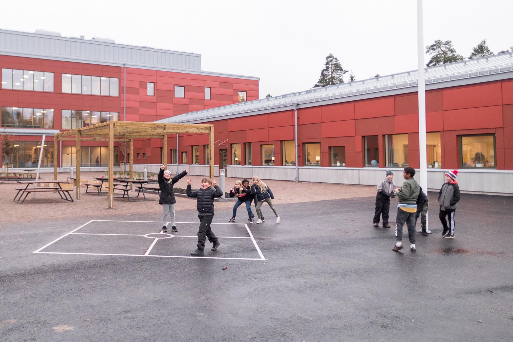 Skolgård med elever på Prolympia Gävle