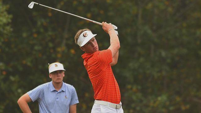 Pontus Nyholm som spelar golf