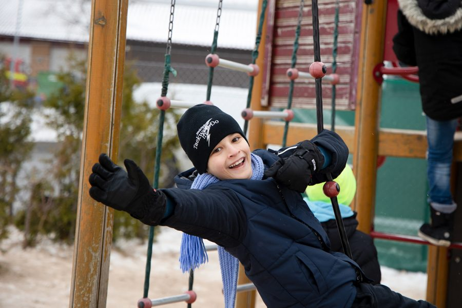 Kille som leker i klätterställning på Prolympia