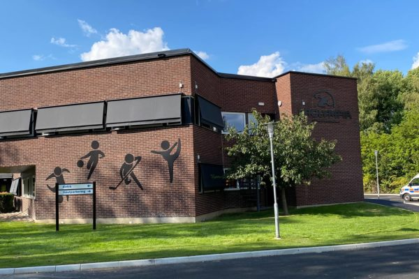 Utsidan på Prolympiaskolan i Norrköping i solskenet
