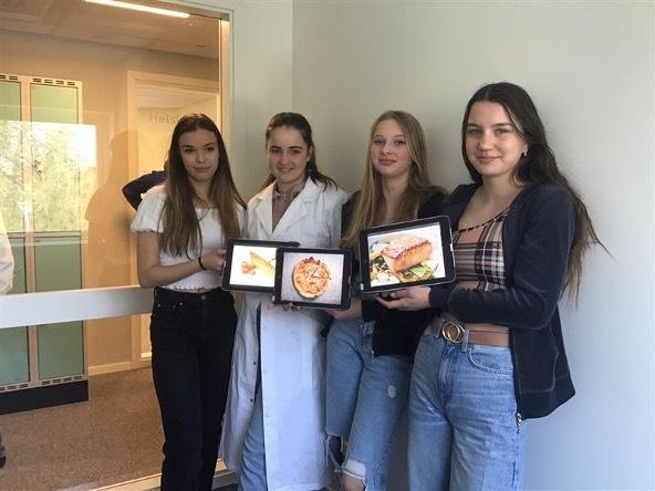 Fyra elever från Prolympia Norrköping som visar upp arbete