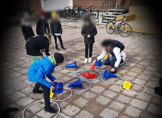 Elever som leker på Prolympias skolgård