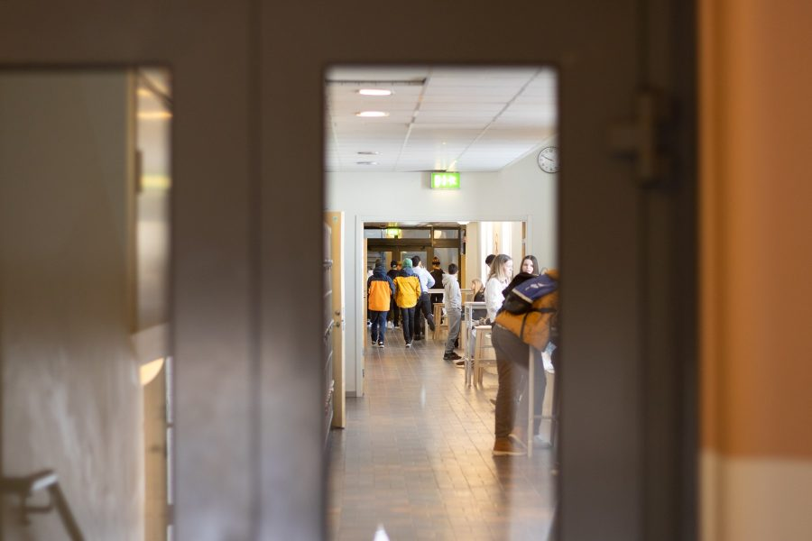 Skolkorridor med elever på Prolympia