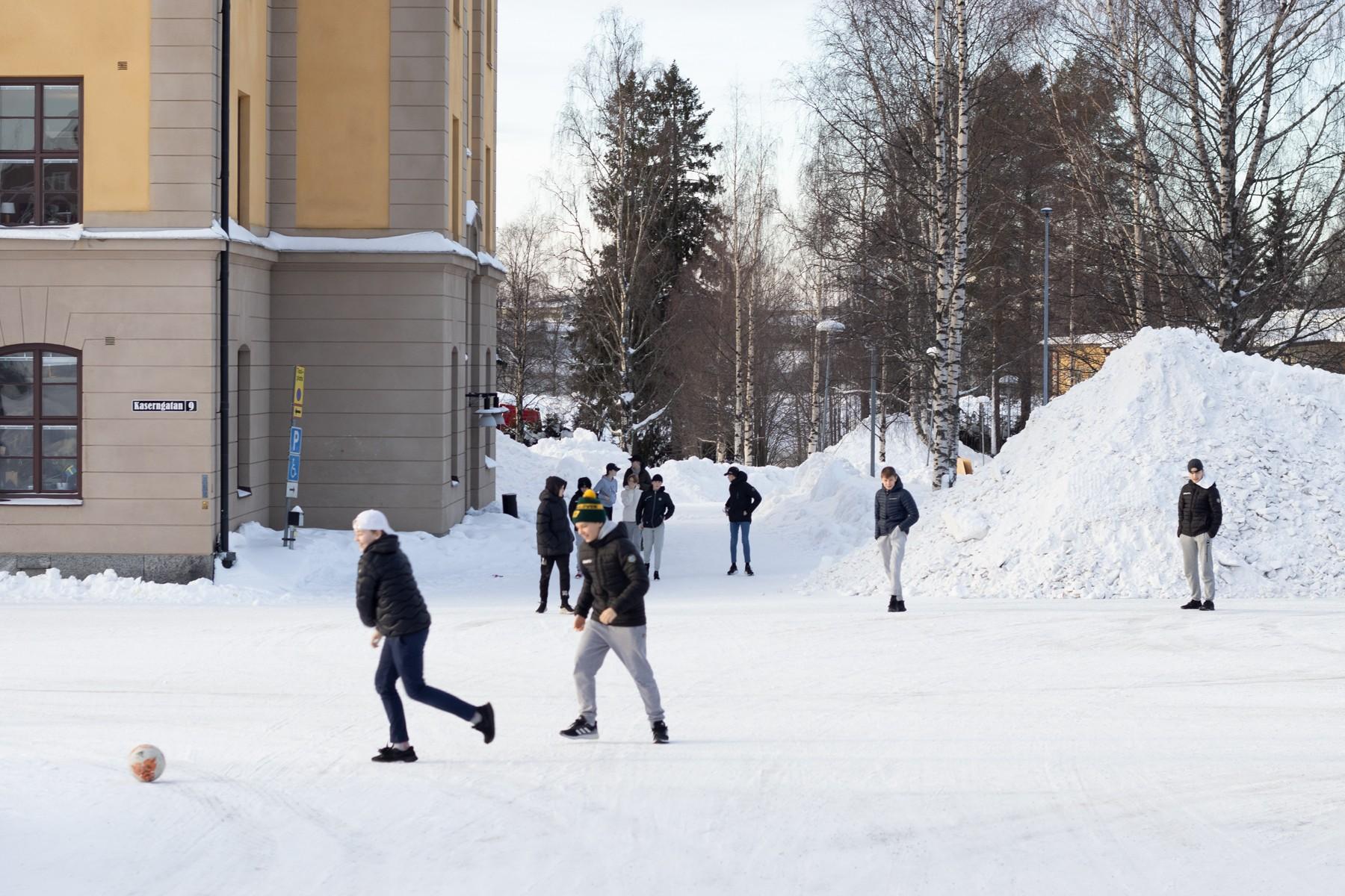 Elever leker på skolgård