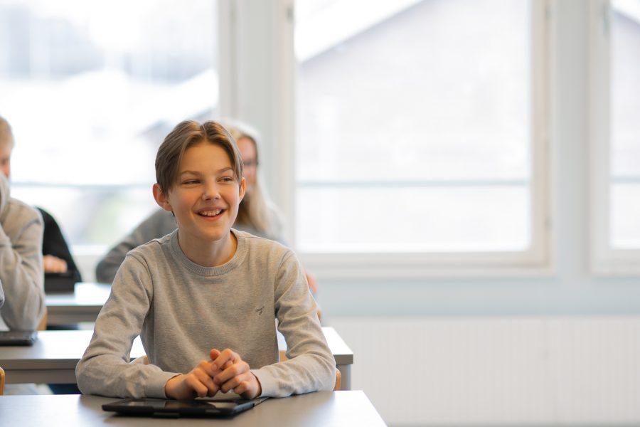 Glad elev i klassrum under lektion