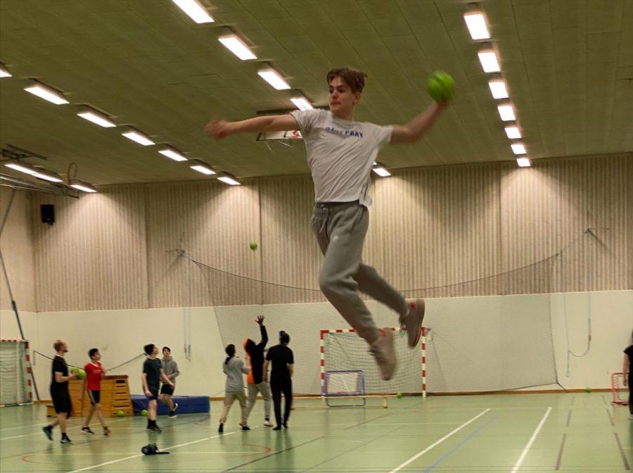 Elev på Prolympia hoppar med handboll i handen