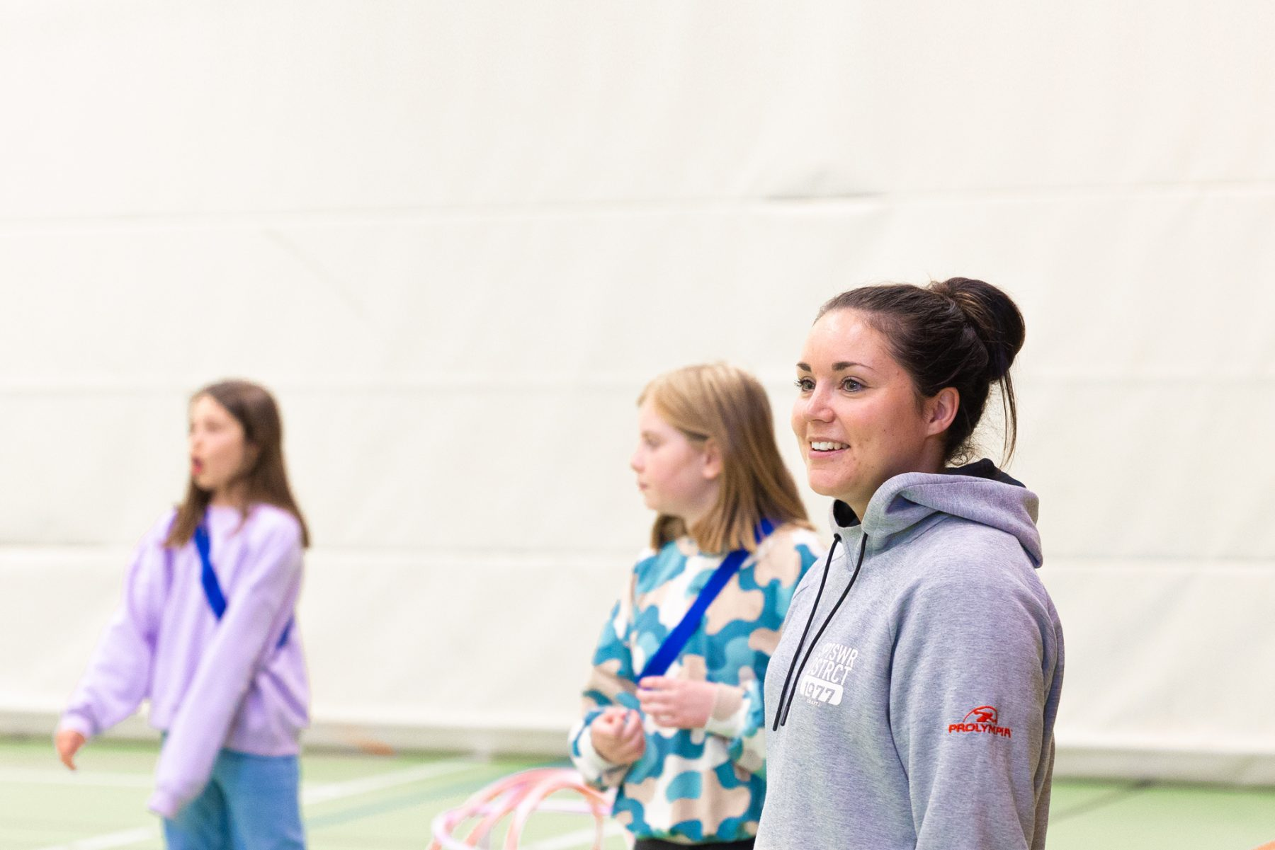 Lärare och elever i gymnastiksal
