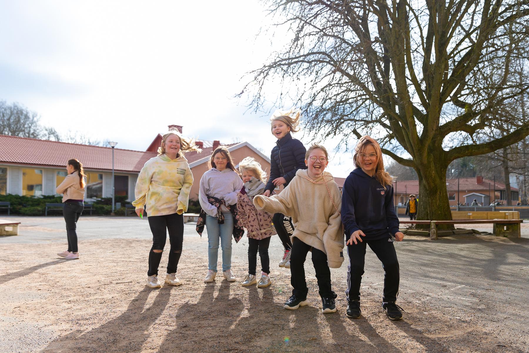 Elever hoppar på skolgården på Prolympia