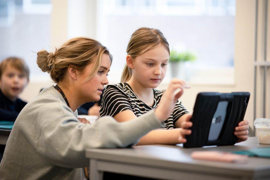 Lärare hjälper elev under lekton