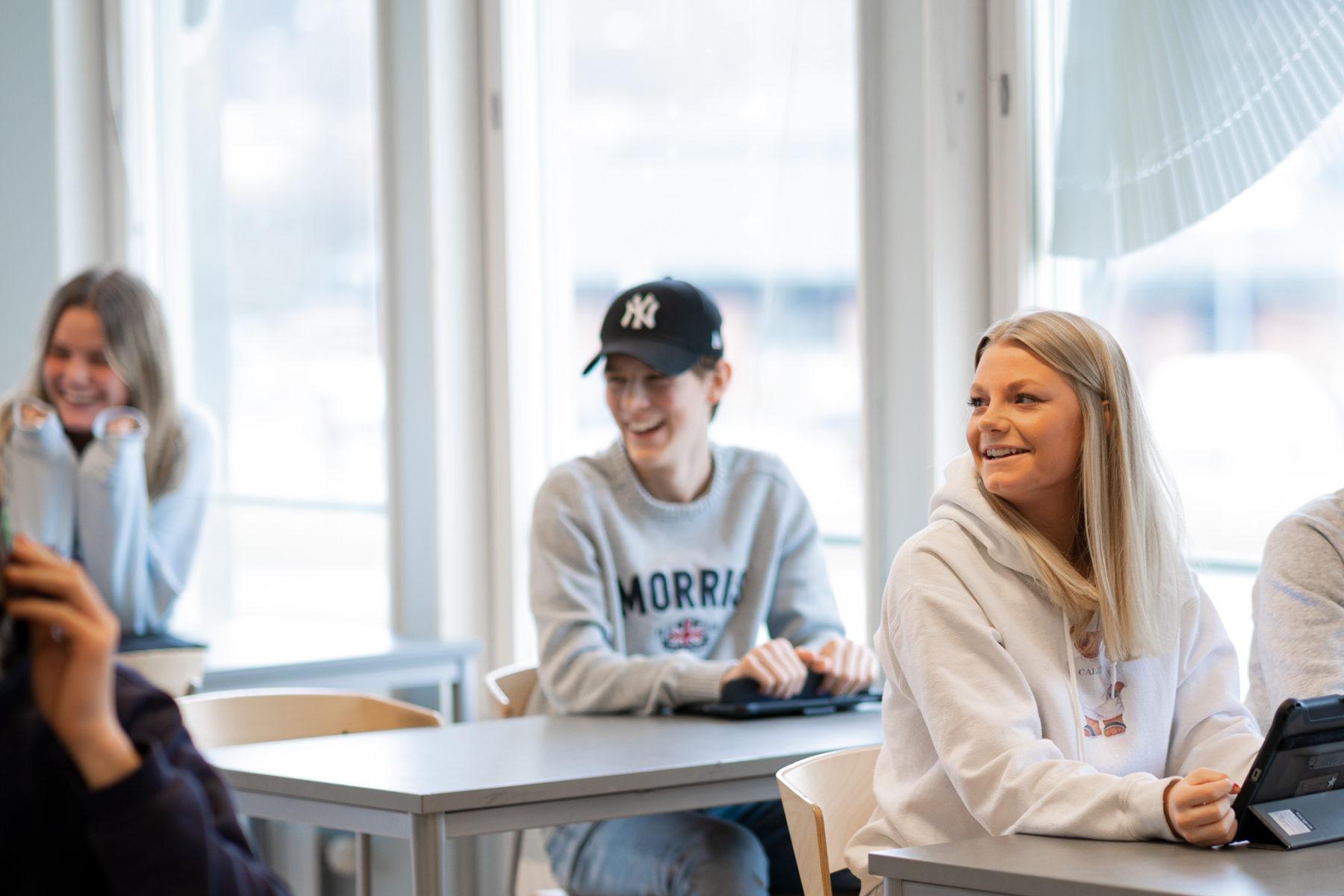 Glada elever i klassrum på Prolympia